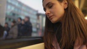 Frau, die im Bus, in leidendem Kater oder in den Nebenwirkungen von Antidepressiva schläft stock footage