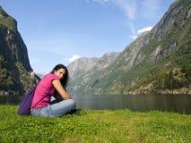 Frau, die im Fjord von Gudvangen sich entspannt Stockbild