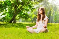 Frau, die im Frühjahr Park des Yoga tut Lizenzfreies Stockbild