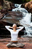Frau, die an im Freien sich entspannt Lizenzfreie Stockfotos