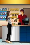 Frau, die im Geschäft den Kassierer zahlt Lizenzfreies Stockfoto