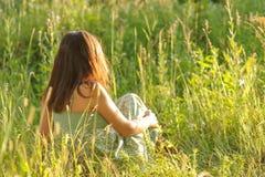 Frau, die im Gras liegt Stockfotografie