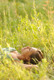Frau, die im Gras liegt Lizenzfreies Stockfoto