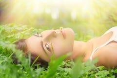 Frau, die im Gras liegt Stockfoto