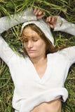 Frau, die im Gras liegt. lizenzfreie stockfotos