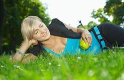Frau, die im Gras stillsteht Lizenzfreies Stockfoto
