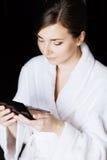 Frau, die im Handspiegel schaut Lizenzfreie Stockfotografie