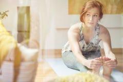 Frau, die im hellen Raum trainiert Lizenzfreie Stockfotografie