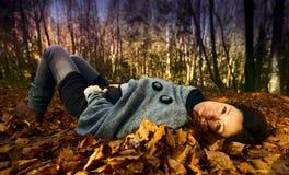 Frau, die im Herbst sich entspannt stockfotografie