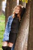 Frau, die im Herbstpark aufwirft Lizenzfreie Stockbilder