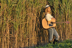 Frau, die im hohen Gras steht Stockbilder