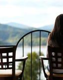 Frau, die im Horizont schaut Lizenzfreie Stockfotografie