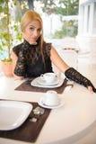 Frau, die im Hotel frühstückt Stockbild