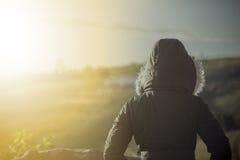 Frau, die im kühlen Wetter steht Stockfoto