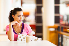 Frau, die im Kaffee stillsteht Lizenzfreie Stockbilder