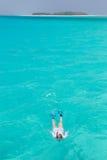 Frau, die im klaren flachen Meer der tropischen Lagune mit blauem Wasser des Türkises schnorchelt Lizenzfreies Stockbild