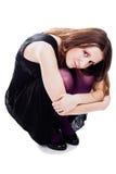 Frau, die im Kleid und im violetten Pantyhose sitzt Stockfotografie