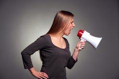 Frau, die im Lautsprecher schreit Lizenzfreie Stockfotos