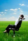 Frau, die im Lehnsessel an der Wiese sich entspannt Lizenzfreie Stockfotografie