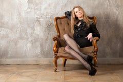 Frau, die im Lehnsessel sitzt Stockfoto