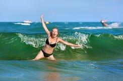 Frau, die im Meer badet lizenzfreie stockbilder