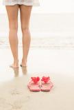 Frau, die im Meer schaufelt Lizenzfreie Stockbilder