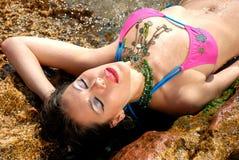 Frau, die im Meerwasser sich entspannt Stockbilder
