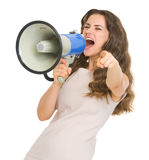 Frau, die im Megaphon schreit und in Kamera zeigt Lizenzfreie Stockfotos