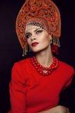 Frau, die im Metallheadwear aufwirft Stockbild