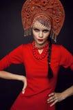 Frau, die im Metallheadwear aufwirft Stockfotos
