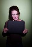 Frau, die im Mugshot schreit stockfoto