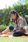 Frau, die im Naturlaptop arbeitet lizenzfreie stockbilder