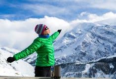 Frau, die im niedrigen Lager in den Winterbergen stillsteht Stockfoto
