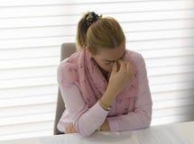 Frau, die im oficce arbeitet lizenzfreie stockfotos