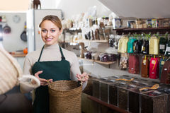 Frau, die im organischen Shop verkauft Lizenzfreie Stockfotografie