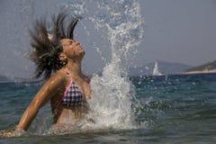 Frau, die im Ozean spritzt Lizenzfreies Stockbild