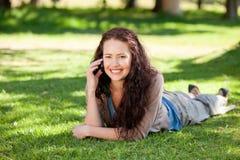 Frau, die im Park anruft Stockfoto