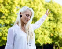 Frau, die im Park balanciert Lizenzfreie Stockfotografie