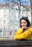 Frau, die im Park stillsteht Stockbilder