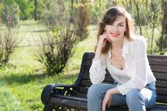 Frau, die im Park stillsteht Lizenzfreie Stockbilder