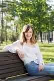 Frau, die im Park stillsteht Lizenzfreies Stockbild