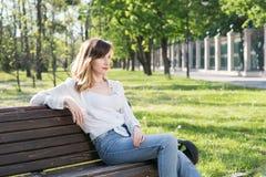 Frau, die im Park stillsteht Stockfoto
