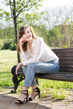 Frau, die im Park stillsteht Lizenzfreie Stockfotografie
