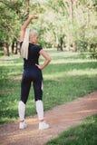 Frau, die im Park trainiert Lizenzfreie Stockfotografie