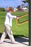 Frau, die im Park trainiert stockbilder