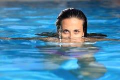 Frau, die im Pool sich entspannt Stockbild