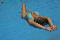 Frau, die im Pool sich entspannt Lizenzfreies Stockbild