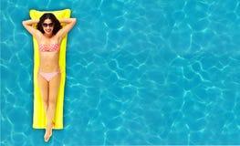 Frau, die im Pool sich entspannt. Stockbilder