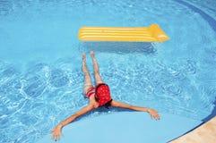 Frau, die im Pool sich entspannt Lizenzfreie Stockbilder