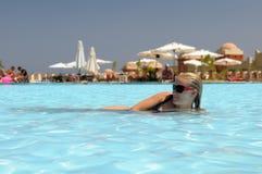 Frau, die im Pool sich entspannt Lizenzfreie Stockfotos